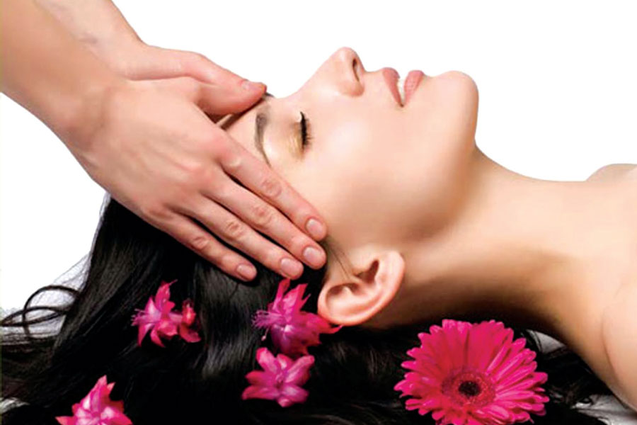 Salon-Hot-Oil-Hair-Massage-Hair-Loss-Benefits